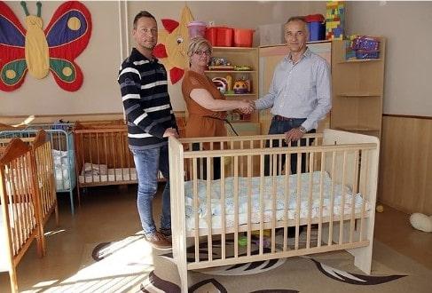 Gyermeknapi meglepetéssel készültek, bútorokat adományoztak